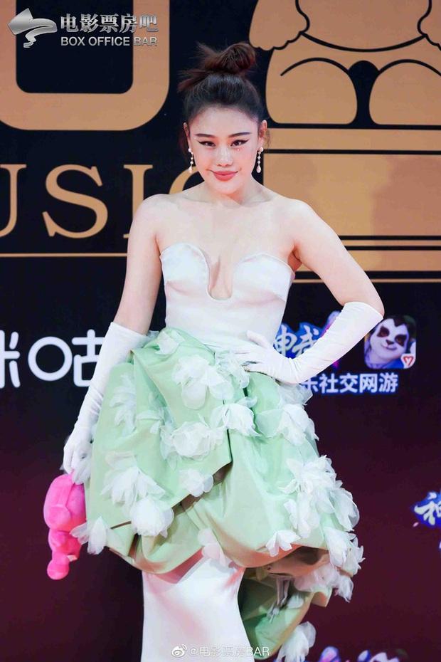Dàn sao Hoa ngữ đổ bộ thảm đỏ Migu Music Awards 2020: Tình tin đồn của Lisa Thái Từ Khôn chiếm trọn spotlight nhờ mái tóc bạch kim thần thánh - Ảnh 7.