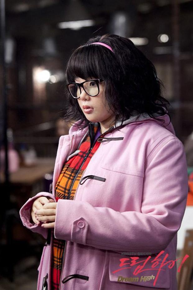 6 lần sao Hàn hóa xấu trên màn ảnh: Moon Ga Young mặt đầy mụn vẫn chưa sốc bằng màn phát phì của IU - Ảnh 10.