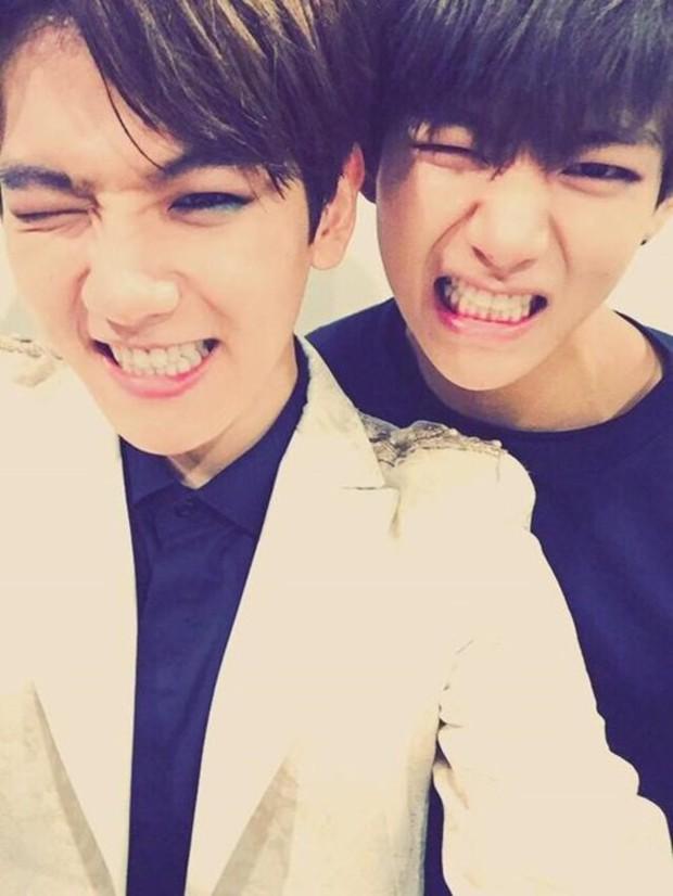 Khoảnh khắc V (BTS) và Baekhyun (EXO) tại MAMA 2014 hot trở lại: Idol 2 tiếng anh em, fan thì 4 tiếng suốt ngày war nhau - Ảnh 2.