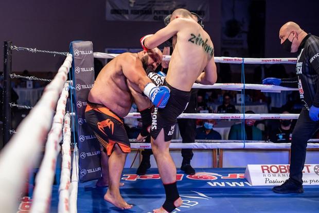 Tưởng sẽ sấp mặt khi phải gặp người khổng lồ có cân nặng áp đảo, ai ngờ võ sĩ lại gieo cơn ác mộng cho chính đối thủ - Ảnh 2.