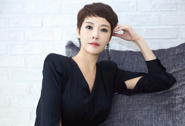 6 lần sao Hàn hóa xấu trên màn ảnh: Moon Ga Young mặt đầy mụn vẫn chưa sốc bằng màn phát phì của IU - Ảnh 3.