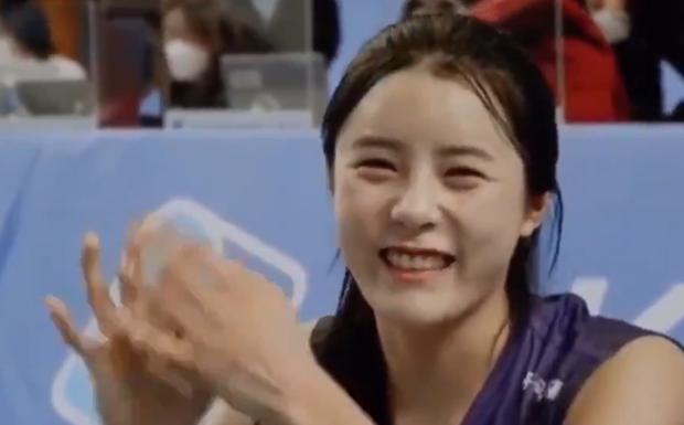 Nữ thần làng bóng chuyền gây xôn xao với màn tỏ tình với Jin (BTS), biểu cảm dễ thương của cô nàng khi nói lời yêu khiến fan bật cười - Ảnh 2.