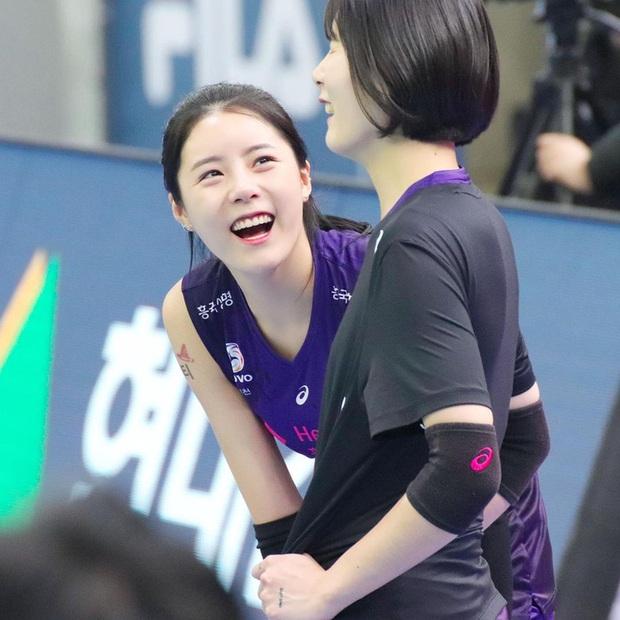 Nữ thần làng bóng chuyền gây xôn xao với màn tỏ tình với Jin (BTS), biểu cảm dễ thương của cô nàng khi nói lời yêu khiến fan bật cười - Ảnh 6.