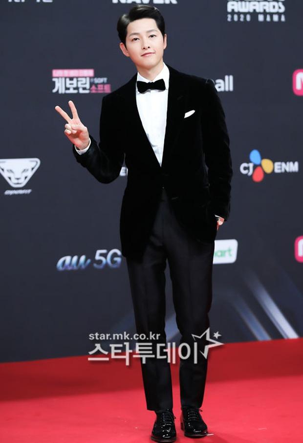 Siêu thảm đỏ MAMA 2020: Song Joong Ki và BTS rung chuyển sự kiện, bạn gái Lee Kwang Soo chặt đẹp, Sooyoung sexy đến nghẹt thở - Ảnh 2.
