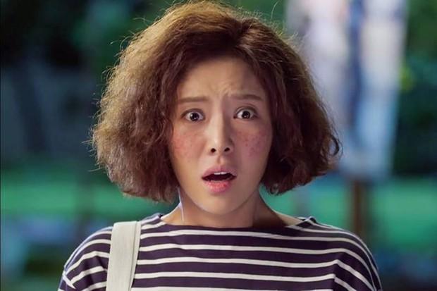 6 lần sao Hàn hóa xấu trên màn ảnh: Moon Ga Young mặt đầy mụn vẫn chưa sốc bằng màn phát phì của IU - Ảnh 15.