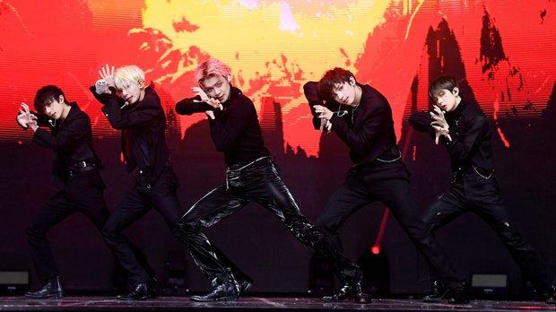 BTS dẫn đầu về thời lượng biểu diễn ở MMA 2020, nhóm em trai lại gây tranh cãi vì đè đầu cưỡi cổ tiền bối dù chẳng được giải gì - Ảnh 7.