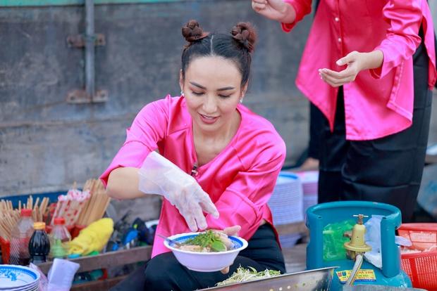 Võ Hoàng Yến, Mâu Thủy lôi cả danh xưng Siêu mẫu - Á hậu để mời chào khách mua hàng trên sông - Ảnh 3.