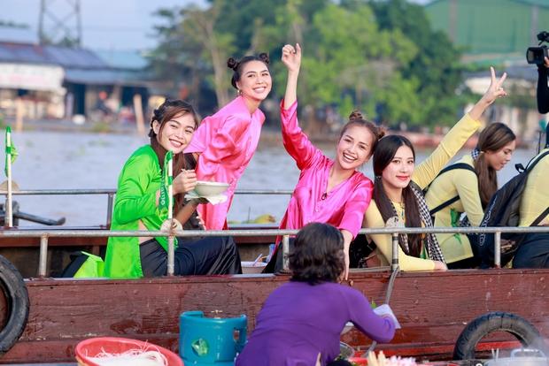 Võ Hoàng Yến, Mâu Thủy lôi cả danh xưng Siêu mẫu - Á hậu để mời chào khách mua hàng trên sông - Ảnh 1.