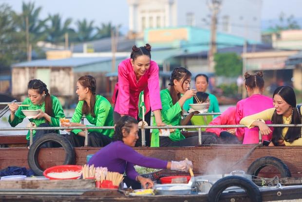 Võ Hoàng Yến, Mâu Thủy lôi cả danh xưng Siêu mẫu - Á hậu để mời chào khách mua hàng trên sông - Ảnh 2.