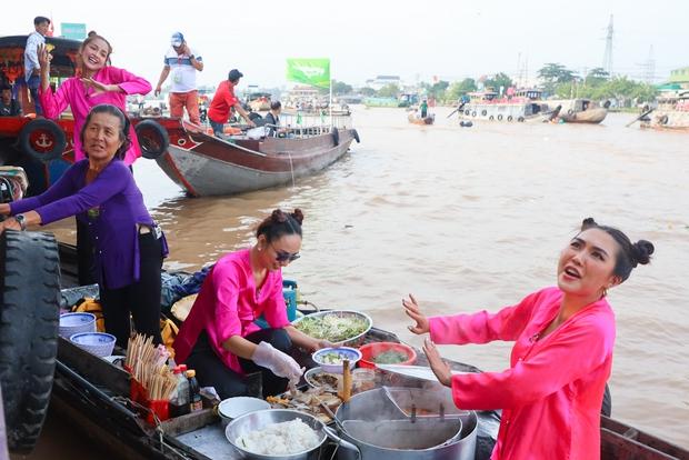 Võ Hoàng Yến, Mâu Thủy lôi cả danh xưng Siêu mẫu - Á hậu để mời chào khách mua hàng trên sông - Ảnh 4.