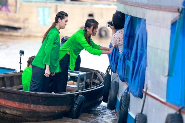 Võ Hoàng Yến, Mâu Thủy lôi cả danh xưng Siêu mẫu - Á hậu để mời chào khách mua hàng trên sông - Ảnh 5.