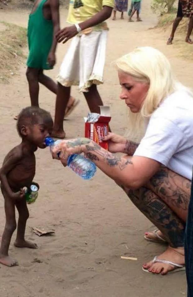 Cậu bé da đen 2 tuổi không có quần áo mặc, bị bỏ đói đến gầy trơ xương trong bức ảnh từng gây chấn động thế giới bây giờ ra sao? - Ảnh 1.
