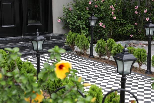 Ngôi nhà hơn 200m2 của mẹ đơn thân: Nhà phố nhưng có cả sân vườn, chiêm ngưỡng nội thất lại càng bất ngờ - Ảnh 1.