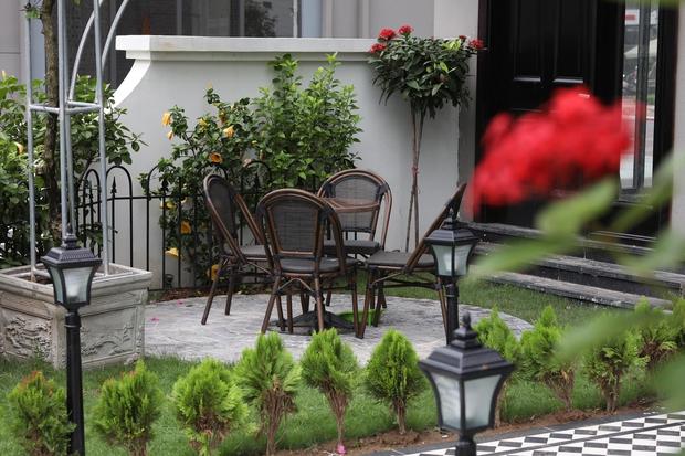 Ngôi nhà hơn 200m2 của mẹ đơn thân: Nhà phố nhưng có cả sân vườn, chiêm ngưỡng nội thất lại càng bất ngờ - Ảnh 2.