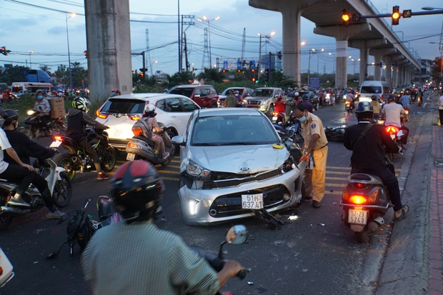 Ô tô tông hàng loạt xe máy gần giao lộ ở Sài Gòn, nhiều người nằm la liệt - Ảnh 3.