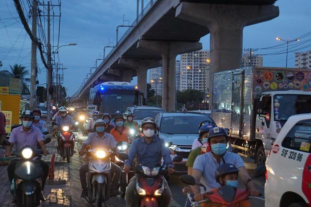 Ô tô tông hàng loạt xe máy gần giao lộ ở Sài Gòn, nhiều người nằm la liệt - Ảnh 4.