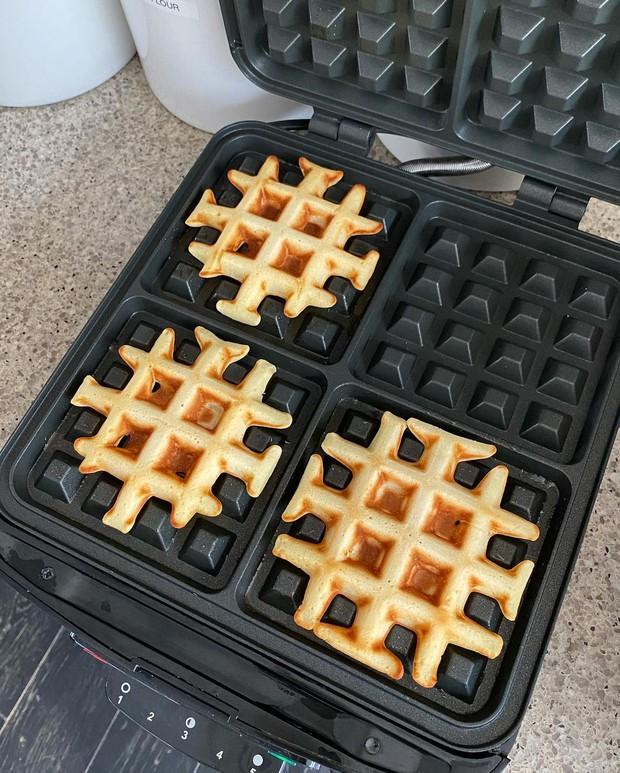Từ 239k, bạn đã sắm được máy làm bánh waffle xịn sò hệt ngoài tiệm như Hà Tăng - Ảnh 3.