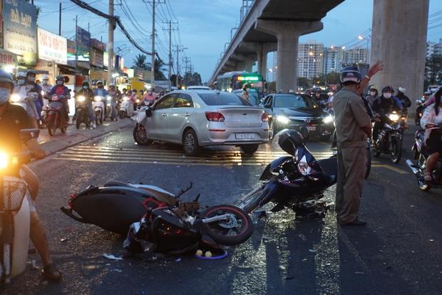 Ô tô tông hàng loạt xe máy gần giao lộ ở Sài Gòn, nhiều người nằm la liệt - Ảnh 1.
