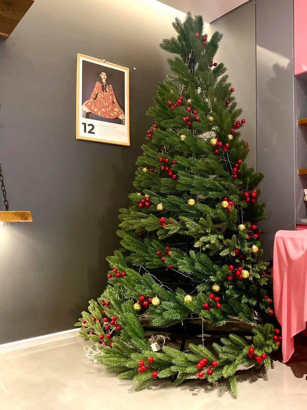 HOT nhất mùa Giáng sinh 2020 là những cây thông tiền triệu, từ Ngọc Trinh đến Cường Đô La đều chi mạnh cho thú vui này! - Ảnh 17.