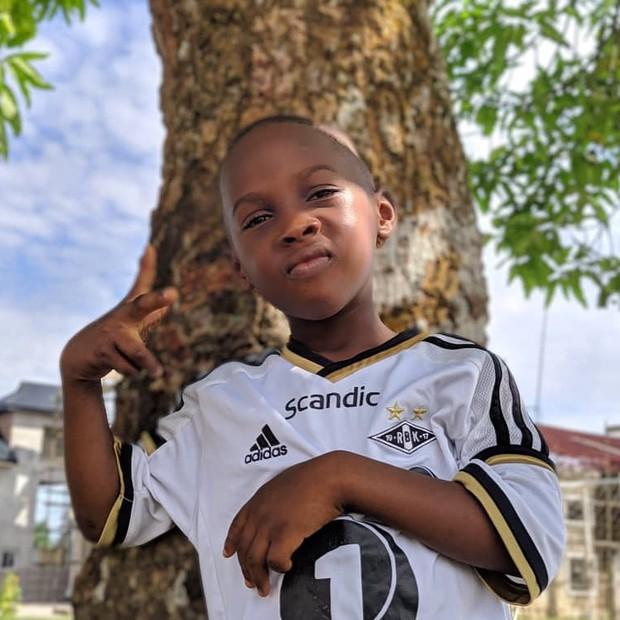 Cậu bé da đen 2 tuổi không có quần áo mặc, bị bỏ đói đến gầy trơ xương trong bức ảnh từng gây chấn động thế giới bây giờ ra sao? - Ảnh 11.