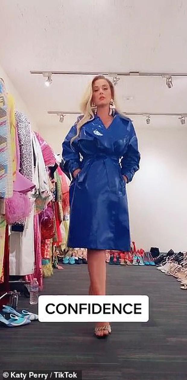 """Katy Perry khiến dân tình sốc nặng với màn tung váy khoe vùng kín, như hở gần hết vì bộ đồ """"bảo hộ"""" gây hiểu nhầm - Ảnh 3."""
