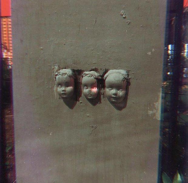 Vừa dọn vào nhà mới ít ngày, người phụ nữ khóc thét đòi chuyển đi sau khi phát hiện thứ đáng sợ ẩn giấu trên bức tường - Ảnh 3.