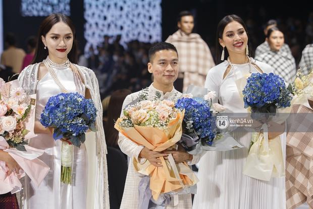 AVIFW 2020 khép lại bằng những BST của các NTK Việt đình đám: Một đêm nhiều cảm xúc với những ai được tận mắt chiêm ngưỡng - Ảnh 12.