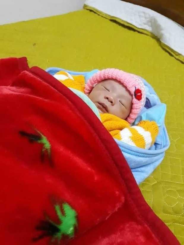 Phát hiện bé trai 2 ngày tuổi bị bỏ rơi trong bao ni lông - Ảnh 1.