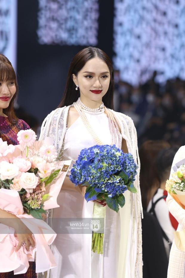 HOT: Hương Giang tái xuất sau scandal bằng màn catwalk thần thái, cùng Tiểu Vy làm vedette cho NTK Adrian Anh Tuấn tại AVIFW 2020 - Ảnh 4.