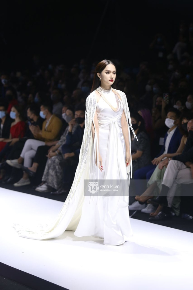 HOT: Hương Giang tái xuất sau scandal bằng màn catwalk thần thái, cùng Tiểu Vy làm vedette cho NTK Adrian Anh Tuấn tại AVIFW 2020 - Ảnh 7.