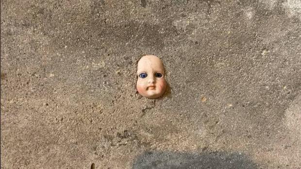 Vừa dọn vào nhà mới ít ngày, người phụ nữ khóc thét đòi chuyển đi sau khi phát hiện thứ đáng sợ ẩn giấu trên bức tường - Ảnh 1.