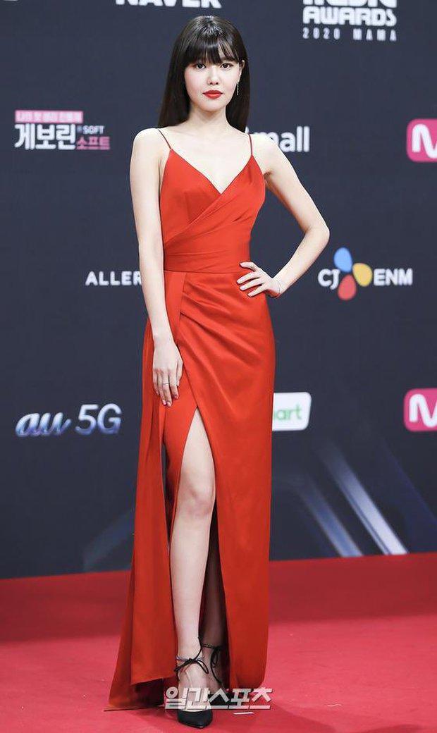 """Oái oăm 2 mỹ nhân SNSD diện váy đỏ khuynh đảo MAMA: Sooyoung được tôn thành """"nữ hoàng"""", Taeyeon... tiệp luôn vào thảm - Ảnh 2."""