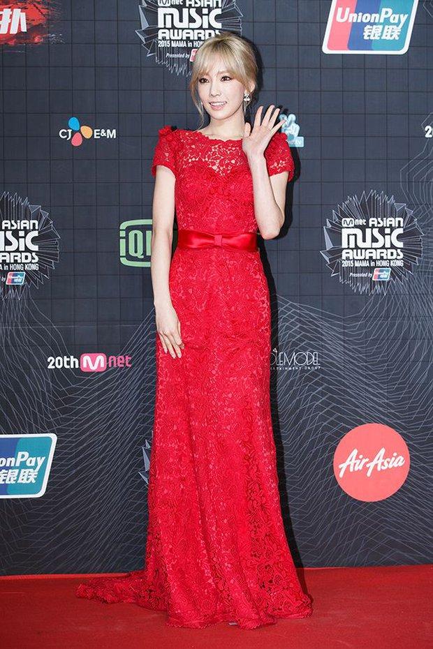 """Oái oăm 2 mỹ nhân SNSD diện váy đỏ khuynh đảo MAMA: Sooyoung được tôn thành """"nữ hoàng"""", Taeyeon... tiệp luôn vào thảm - Ảnh 8."""