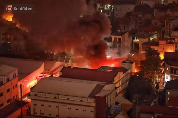 Hà Nội: Cháy lớn tại nhà kho Công ty dược phẩm Hà Tây, cột khói bốc cao hàng chục mét khiến nhiều người hoảng sợ - Ảnh 2.