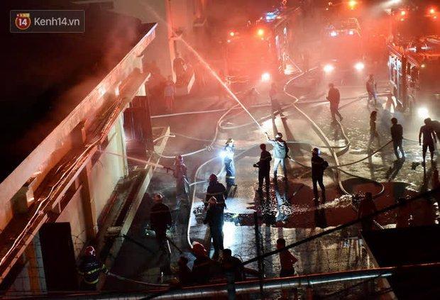 Hà Nội: Cháy lớn tại nhà kho Công ty dược phẩm Hà Tây, cột khói bốc cao hàng chục mét khiến nhiều người hoảng sợ - Ảnh 6.