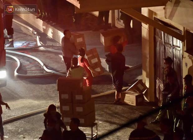 Hà Nội: Cháy lớn tại nhà kho Công ty dược phẩm Hà Tây, cột khói bốc cao hàng chục mét khiến nhiều người hoảng sợ - Ảnh 8.