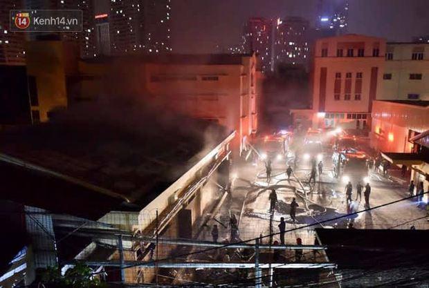Hà Nội: Cháy lớn tại nhà kho Công ty dược phẩm Hà Tây, cột khói bốc cao hàng chục mét khiến nhiều người hoảng sợ - Ảnh 10.