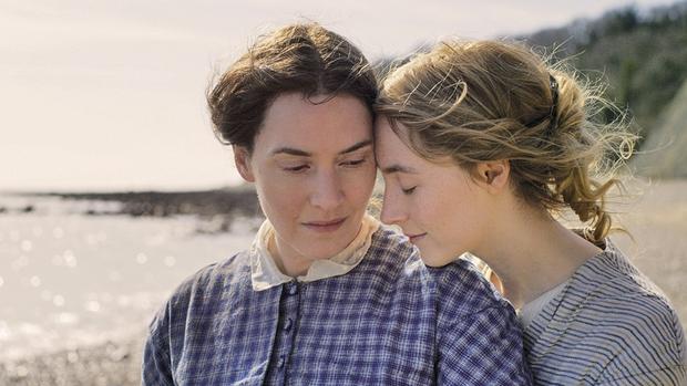 Chị đẹp Titanic được dịp thân mật vừa nóng bỏng vừa ngọt ngào ở mối tình bách hợp với gái trẻ hơn 18 tuổi - Ảnh 2.
