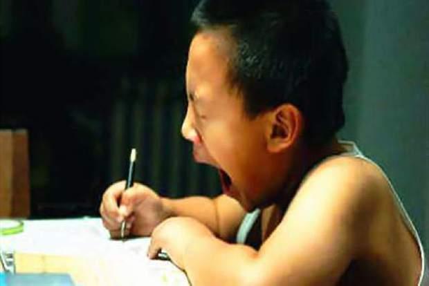 Bài Toán: Con 8 tuổi, bố gấp 3 lần tuổi con. Hỏi bố bao tuổi? khiến bà mẹ bỗng giận đùng đùng, nhất mực gọi điện mắng giáo viên - Ảnh 1.