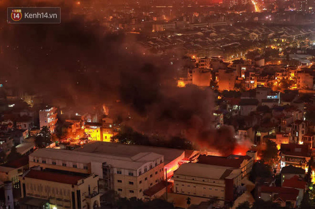 Hà Nội: Cháy lớn tại nhà kho Công ty dược phẩm Hà Tây, cột khói bốc cao hàng chục mét khiến nhiều người hoảng sợ - Ảnh 3.