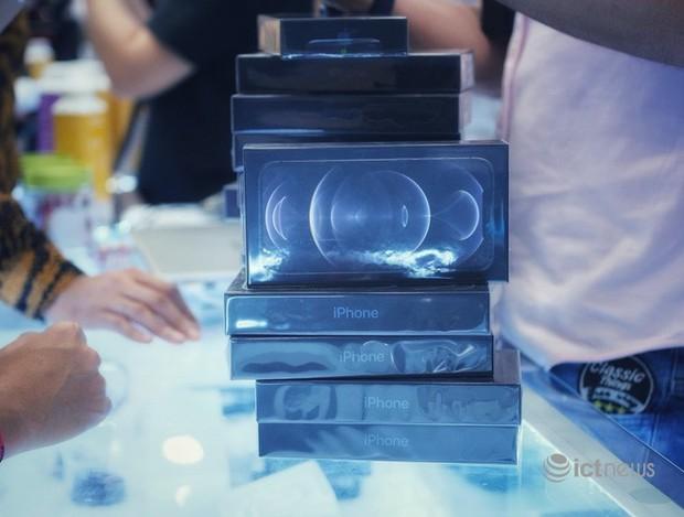 Nghịch lý iPhone 12:Mẫu không đủ hàng bán, mẫu phải giảm giá kích cầu - Ảnh 1.