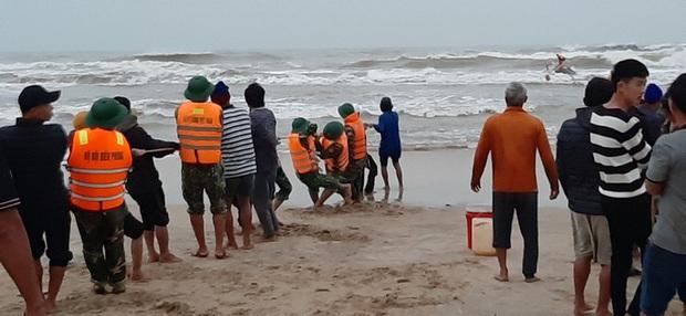 Quảng Bình: 3 tàu cá gặp nạn, 1 thi thể ngư dân rơi xuống biển đã được tìm thấy - Ảnh 2.