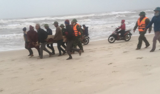 Quảng Bình: 3 tàu cá gặp nạn, 1 thi thể ngư dân rơi xuống biển đã được tìm thấy - Ảnh 3.