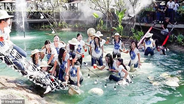 Sự cố có 1-0-2 trong lịch sử Miss Thailand: Mải tạo dáng chụp ảnh, dàn thí sinh hốt hoảng tột độ, la thất thanh vì... cầu sập - Ảnh 6.