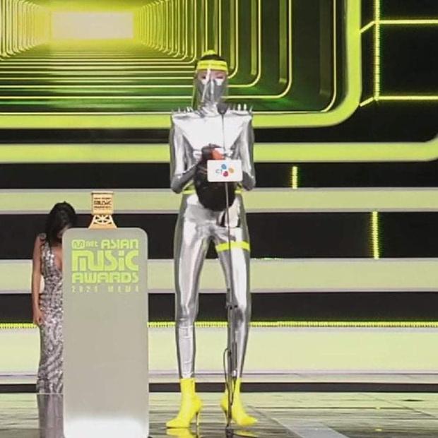 MAMA 2020 bị chỉ trích vì xuất hiện model khử trùng viên: Trang phục bó sát phản cảm, hành động khử trùng kém tinh tế? - Ảnh 3.