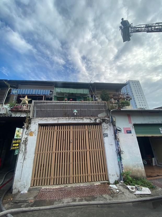 Nghẹt thở giải cứu cụ bà và người đàn ông bị mắc kẹt khỏi đám cháy trong chung cư cũ ở trung tâm Sài Gòn - Ảnh 1.