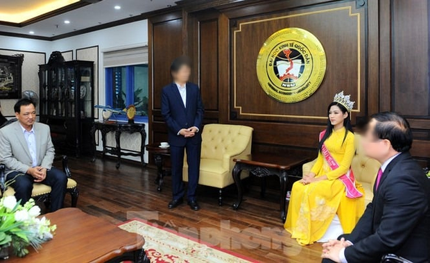 Hoa hậu Đỗ Hà bị chê trách vì ngồi khi thầy giáo đứng báo cáo: ĐH Kinh tế Quốc dân nói gì? - Ảnh 1.