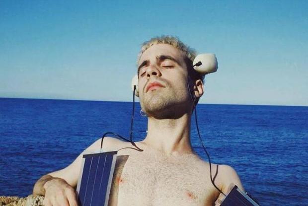 Chàng nghệ sĩ từng gây bão truyền thông với ý định cấy ghép đôi vây cá lên đầu để có khả năng giống động vật giờ ra sao? - Ảnh 2.