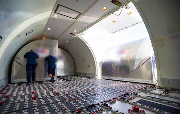 Thì ra đây là cách hành lý ký gửi của chúng ta được xếp lên máy bay, xem thấy cực thay cho nhân viên vận chuyển - Ảnh 4.
