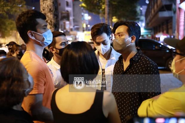 Cập nhật: Nghệ sĩ Chí Tài được đưa về nhà Tang lễ, vợ chồng Trấn Thành và nhiều nghệ sĩ rơi nước mắt vì quá xót thương! - Ảnh 2.